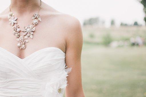 白いドレスの女性首元
