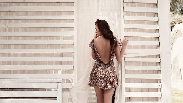 窓辺に佇む女性