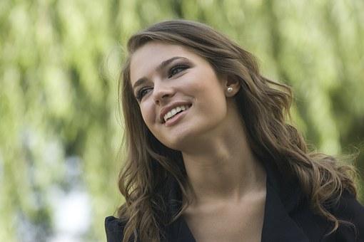美しい女性の笑顔